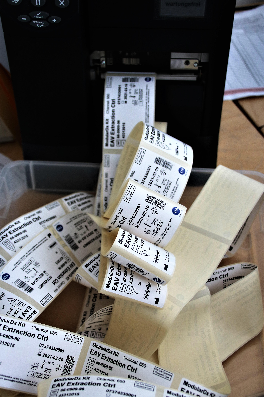 etykiety kruszące na testy na koronawirusa